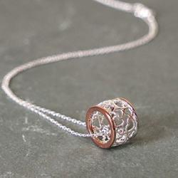 Equilibrium Necklaces